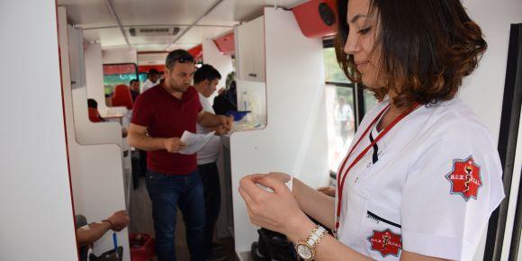 Sağlık öğrencilerden Kızılay'a kan bağışı