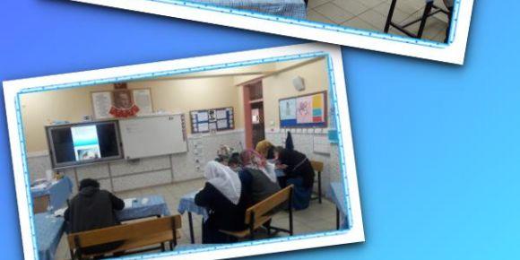 Yalıköy İlkokulunda ana kız okuma öğreniyor