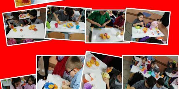 Bursa Orhangazi Atatürk İlkokulu  2/B sınıfı meyvecanları  meyve suyu yapıyor