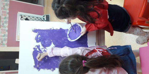 Küçük ressamlar çok mutlu