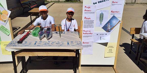 Bayramlı Ortaokulu öğrencileri su roketi yaptı