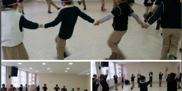Hacıbey İlkokulu öğrencileri ülkelerinin geleneksel oyunu Damat Halayı'nı tanıttılar