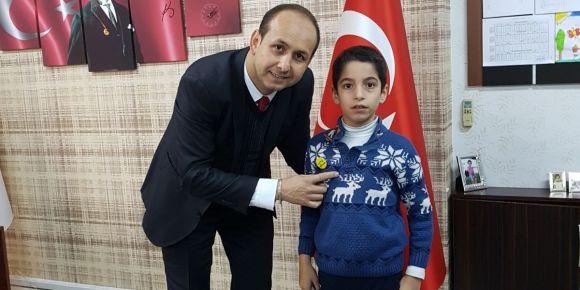 İstiklal Marşı fatihlerinin rozetlerini okul müdürümüz taktı