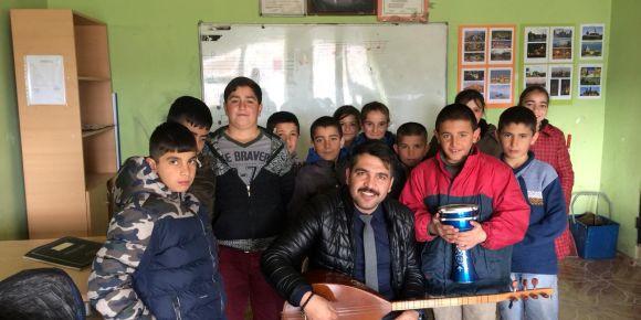Müzik öğretmenimizden bağlama dersi