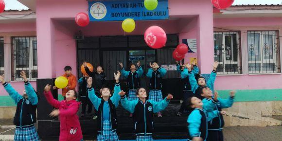 Dilim Uzadıkça Halkam Genişliyor etwining projesi tanıtımı balonlarla yapıldı