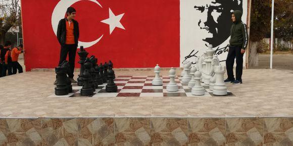 Küçük büyük herkes satranç oynuyor
