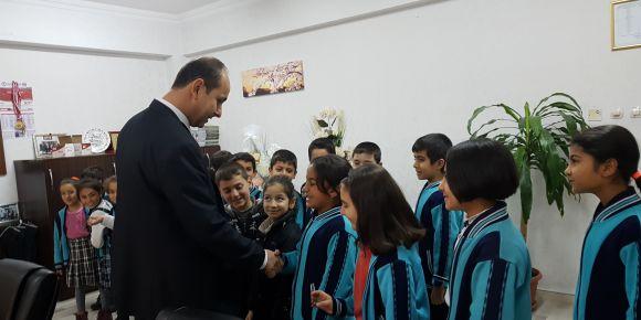 İstiklal Marşımızın on kıtasını ezberleyen öğrencilerimize  rozetleri takıldı