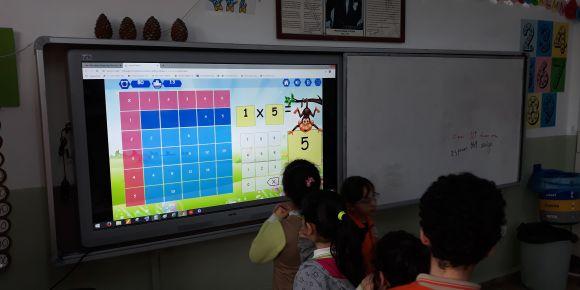 CZİ 2/D Eba Çarpım tablosu oyununu oynuyor