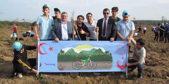 """""""Bisiklete Binerim Çünkü Doğayı Severim """"eTwinnnig projesi fidan dikme etkinliği"""