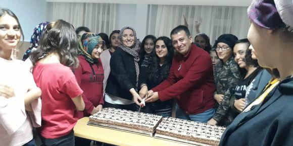 Üst sınıflar kardeşleri için pasta kesti