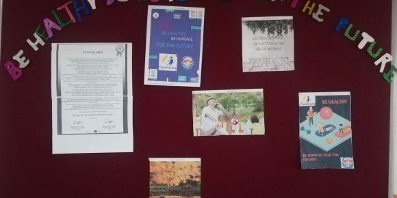 Öğrencilerimiz eTwinning projemiz için okul panosunu olusturdu