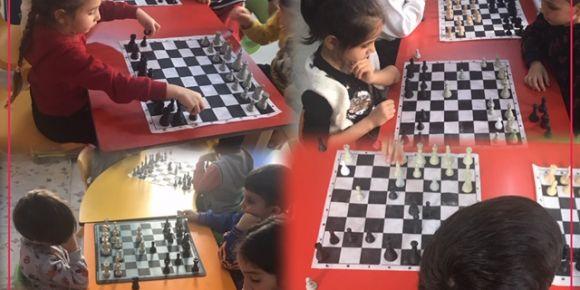 Reha Midilli İlkokulu Ana sınıfı öğrencileri satranç öğreniyor
