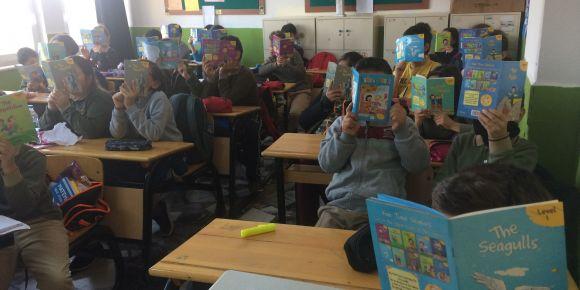 Mehmet Köse Ortaokulu Öğrencileri İngilizce Kitap Okuma Etkinliği Yapıyor
